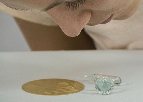 Запись запаха на Madeleine: график на бронзовом диске, концентрат во флакончике
