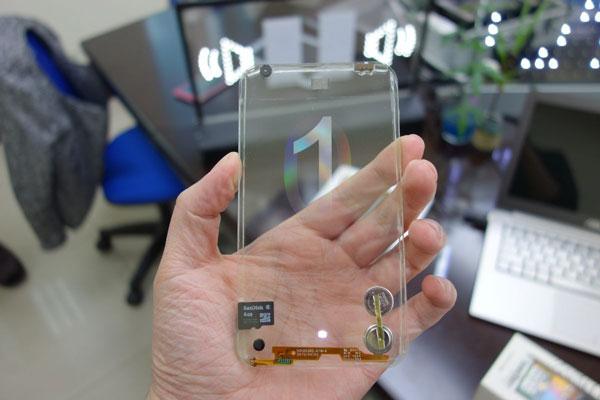 Первый в мире прозрачный смартфон скоро поступит в продажу?