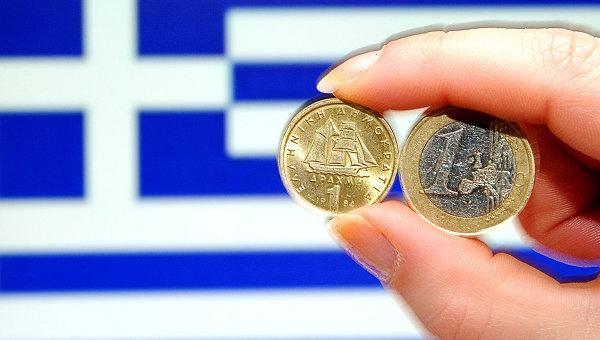 Греческие одноевровые монеты на фоне национального флага