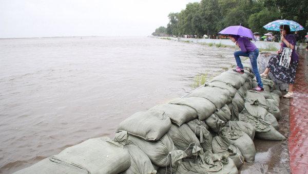 Хабаровчане помогают спасателям строить дамбы от наводнения