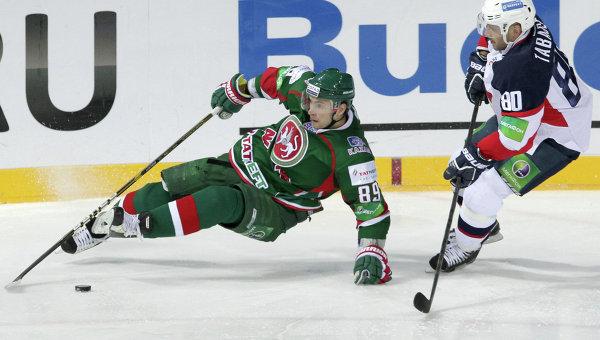 Игрок Ак Барс Артем Лукоянов (слева)