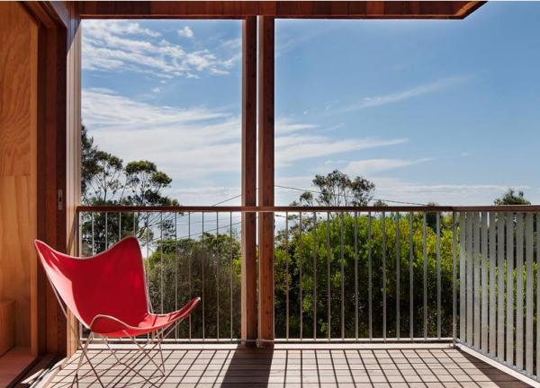 Огромный балкон легко превратить в обеденную зону