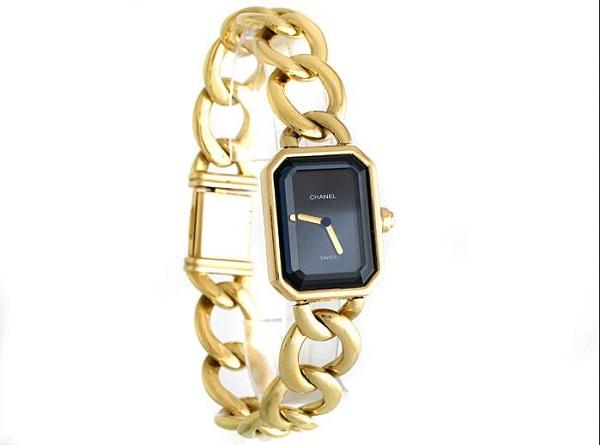 Корпус, браслет со звеньями и застежка из желтого золота 18 карат. Черный лакированный циферблат. Заводная коронка с кабошоном из оникса.