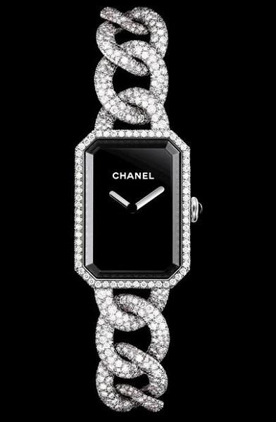 Стальной корпус с 56 бриллиантами классической огранки (до 0,19 карата). Черный лакированный циферблат. Заводная коронка с кабошоном из оникса.