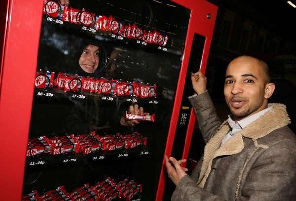 Общительный торговый автомат для любителей Kit Kat