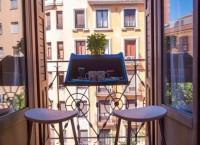 Подвесной столик ‒ простое, но элегантное решение для маленького балкона