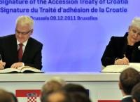 Президент Хорватии Иво Йосипович и премьер-министр Хорватии Ядранка Косор подписывают договор о вступлении Хорватии в Евросоюз