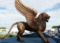 Фигура золотого льва неподалеку от места проведения Венецианского международного кинофестиваля. Архив