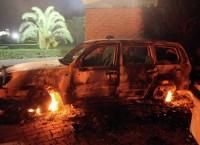 Сгоревший автомобиль у консульства США в Бенгази. Архив