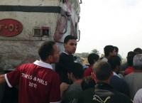 Люди на месте столкновения поезда и автобуса в Каире, Египет
