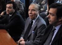 Экс-президент Аргентины Карлос Менем (в центре) на судебном заседании