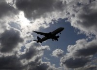 Самолет в небе. Архив.