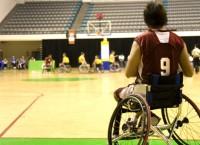 Мужчина в инвалидном кресле занимается спортом