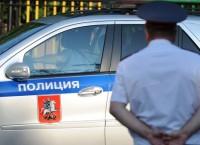 Полицейский автомобиль и сотрудник полиции. Архив