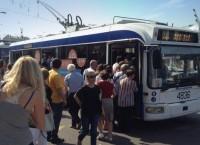 Люди садятся в общественный транспорт