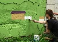 Художник расписывает подпорную стену во Владивостоке