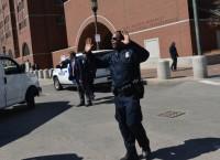 Сотрудник полиции возле здания федерального суда в Бостоне