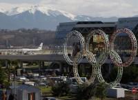 Олимпийские кольца у здания сочинского аэропорта. Архивное фото