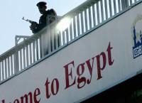 Сотрудник службы безопасности в аэропорту Каира