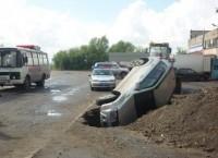 Джип попал в раскопанную яму в Томске, пострадал водитель