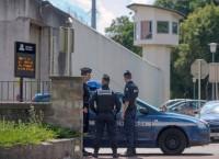 Полиция возле тюрьмы Энзисхайма на юге Франции