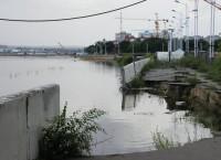 Размытая паводковыми водами набережная в Благовещенске