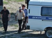 Капитан пассажирского теплохода Полесье-8 (в центре) с полицейскими на месте аварии.