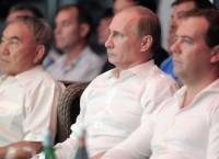 Владимир Путин (в центре), Дмитрий Медведев (справа) и Нурсултан Назарбаев