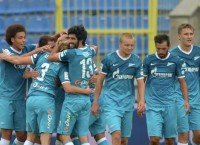 Футболисты Зенита радуются забитому голу в ворота Анжи