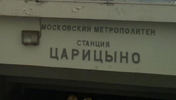 Ветер опрокидывает рекламные щиты в Москве
