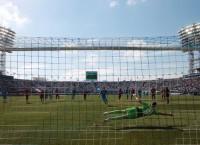 Роман Широков отправляет мяч в ворота Ильи Абаева