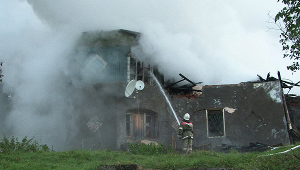 Тушение пожара в интернате в Новгородской области, фото с места событий