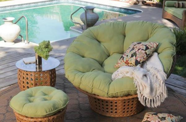 Удобное кресло Папасан у бассейна