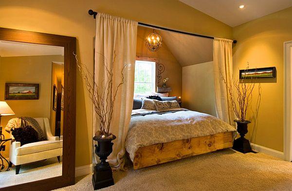 Деревянная кровать, встроенная в альков