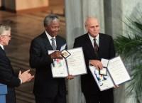 Нельсон Мандела (в центре) и Фредерик де Клерк (справа). Архив