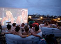 Hot Tub Cinema – коллективный кинотеатр в ванной